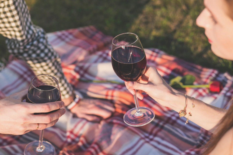 Une tache de vin sur un vêtement ? Comment y remédier ?